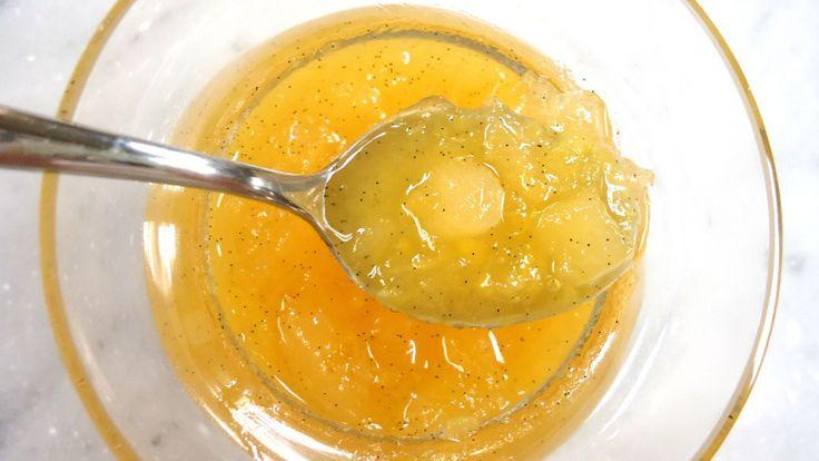 長年の痛みが驚く程解消?「天然の痛み止め」が大反響!|国際医療 Specialist Moe!  ■痛み止めゼラチンの作り方と食べ方    ①小さじ2杯のゼラチン(食用)を1/4カップの冷たい水に入れて、常温で一晩置いておきます。    ②朝の朝食や水分を摂取する前に、膨らんだゼラチンに、蜂蜜やジュース、ヨーグルト等、お好みの物に入れて摂取します。できれば、朝食の30分前に摂取して下さい。    ③これを一週間続けると、痛みが緩和され、1ヶ月後には、ゼラチンが体内で、できあがるので、痛みを感じなくなってきます。    ※「ゼリーでも良いのですか?」と聞かれる事が多いのですが、ぜりーでも効果はあります。ただ、このレシピの方が身体への吸収が早いので、お勧めです。            ■更に効果を高めたい方はコレ!  天然の痛み止めの効果がある精油があります。「レモングラス」という精油です