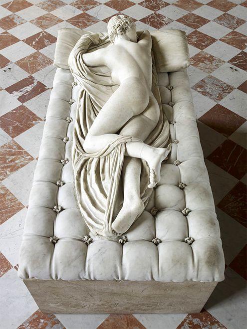 ermafrodito durmiendo, copia romana hallada en las termas de Diocleciano de la tallada por Policles en el siglo II a.C., restauración llevada a cabo por Gian Lorenzo Bernini en 1620 en la que también añade el colchón en el que reposa, actualmente en el Museo del Louvre, París, Francia