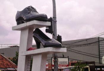 Sepatu Cibaduyut merupakan salah satu wisata Belanja yang patut dikunjungi saat para travelers berada di Kota Bandung