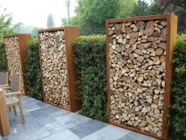 De houtopslagen van cortenstaalproducten.nl worden vervaardigd uit 2mm Corten-A staal. De houtopslagen worden vaak gebruikt als tuinafscheiding of windbescherming. ;Uiteraard worden ze ook gebruikt voor de opslag van openhaardhout.