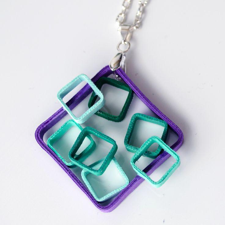 Geometry Fiaquare Geometry přívěšek složený ze čtverců srolovaných z úplně běžného barevného papíru. Technika na to použitá se nazývá quilling, avšak krapet upravená (přáníčka mě moc nebaví :) ). Srolované papírky vytvarované do svých tvarů, poté připevněné k sobě a nakonec ručně přelakované. Přívěšek pevně drží tvar (lak umí úplné zázraky). ...