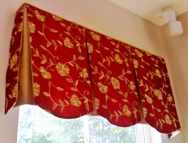 Board Mounted Valance With Scalloped Bottom Edge And