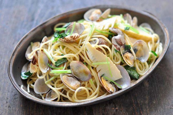 いちばん丁寧な和食レシピサイト、白ごはん.comの『和風のあさりパスタの作り方』のレシピページです。あさりを酒蒸しにして和風のパスタに仕上げます。あさりだけでも十分おいしいのですが、あさりと一緒に季節の野菜を炒めてパスタにするとより美味しくなります。今回は筍と三つ葉を合わせました。
