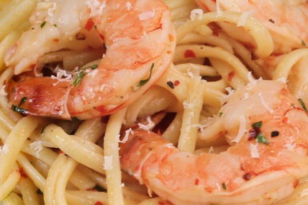Aprenda a fazer o linguine com camarão assado: | Este linguine com camarão assado é perfeito para um jantar a dois