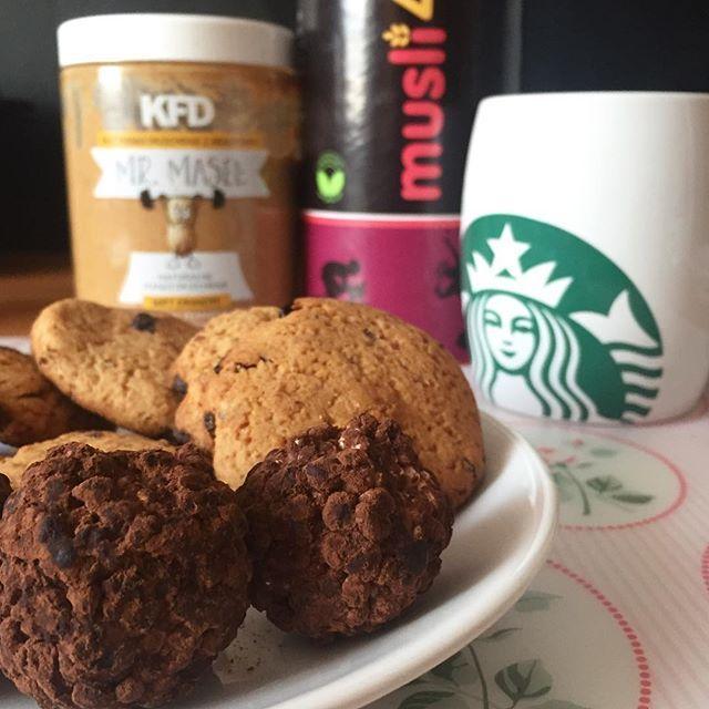 Ciastka ciastkami, ale wczoraj udało mi się ogarnąć coś jeszcze lepszego. ❤️ Po udanej próbie zrobienia ciastek od @fit_patka, postanowiłam zrobić jej kulki mocy. U mnie przepis wygląda następująco: ✅ 20 g kaszy jaglanej ekspandowanej (u mnie mieszanka @musli4u) ✅ 80 g masła orzechowego crunchy ✅20 g mąki kokosowej ✅30 g syropu daktylowego ✅ 30 g syropu klonowego ✅kilka kropel aromatu waniliowego ✅ 1 łyżka kakao (na obtoczenia kulek) 👍🏼 Wszystkie składniki oprócz kakao wymieszać i lepić…