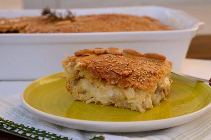 Πίτα με κοτόπουλο ελαφριά και ντελικάτη στη γεύση της που μπορούμε να προσφέρουμε ως ορεκτικό στο τραπέζι μας. Επιδέχεται πολλές παραλλαγές ανάλογα πόσο έντονη θέλουμε τη γεύση της. Μπορούμε να την εμπλουτίσουμε με μπέικον ή πιπέρι καγιέν για πιο έντονη, πικάντικη γεύση ή ακόμα και με μανιτάρια γι