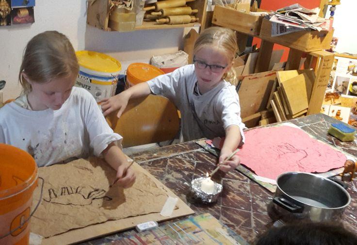 Mit einer glühenden Astspitze zu zeichnen ist für Kinder faszinierend. Die Lin…