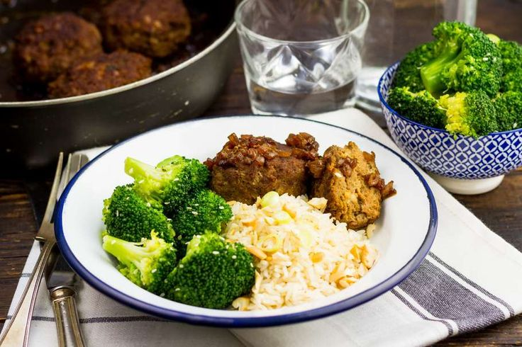 Snelle frikadel met broccoli en rijst