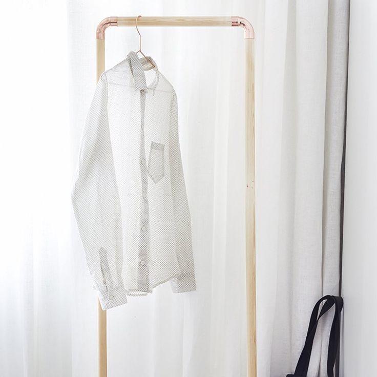 Un portant à vêtements en bois et en cuivre - Marie Claire Idées - DIY clothes rack