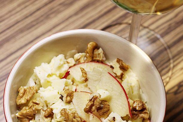 Rychlý fenyklový salát (s jablkem, sýrem a ořechy)