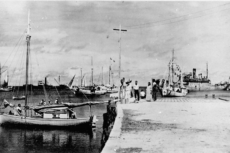 """La foto fue tomada en el Atolón Jaluit, en las Islas Marshall, en el océano Pacífico y muestra a una persona de espaldas sentada que podría ser la aviadora. Además, en la izquierda de la imagen, junto a poste, se ve una figura que podría ser Fred Noonan, su acompañante en el último vuelo. El productor ejecutivo del documental Gary Tarpinian explicó su teoría a la cadena NBC: Earthart pudo ser trasladada """"por un barco japonés desde las Marshall a Saipán (Islas Marianas) y que murió bajo…"""