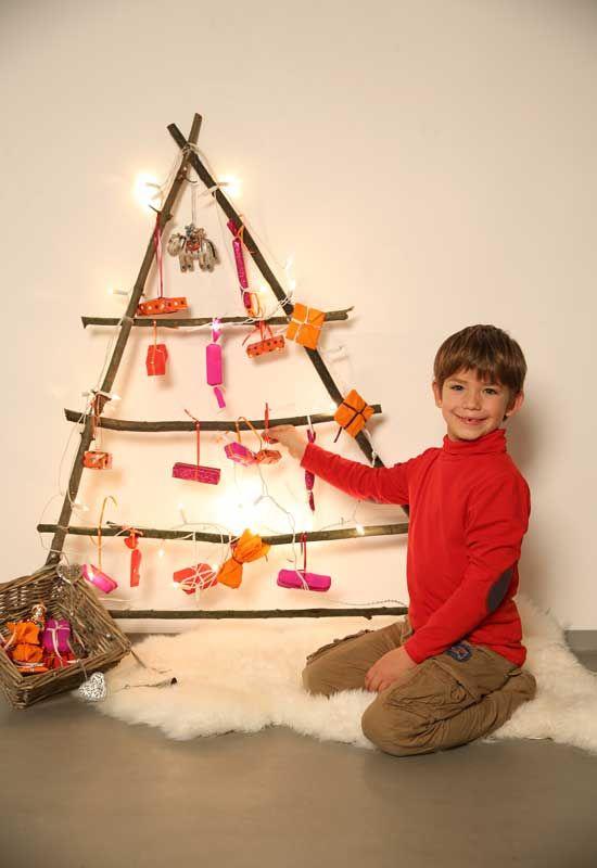 In dieser kostenlosen Bastelanleitung zeigen wir Ihnen, wie Sie mit Ihrem Kind einen Adventskalender aus großen Ästen basteln. Besonders weihnachtlich wird der Adventskalender durch eine Lichterkette.