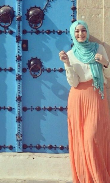 peach pleated maxi skirt hijab look, http://www.justtrendygirls.com/modest-street-hijab-fashion/