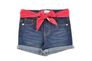 "Shorts tipo ""jeans"" para niña, en color azul oscuro. Cinta roja con puntitos alrededor de la cintura."