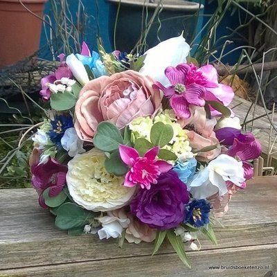 Bruidsboeket zijden veldboeket, zijde bruidsboeket met heel veel verschillende bloemen. Kijk op onze website voor nog veel meer zelf gemaakte boeketten.
