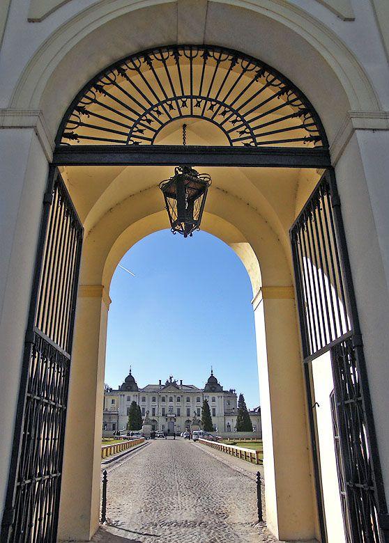 Widok_na_Pałac_Branickich_z_pod_bramy_wjazdowej_Białystok_mariag36.jpg (558×780)
