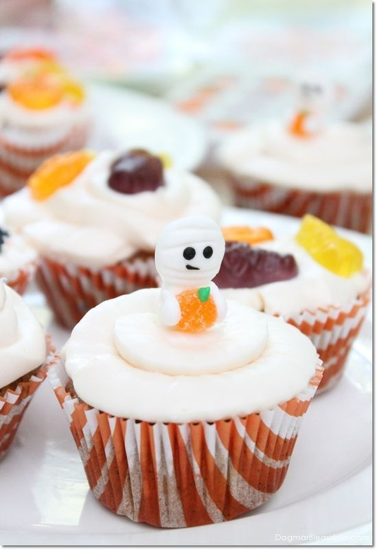 So cute! Easy Halloween cupcakes and gift wrapping idea. DagmarBleasdale.com #ad #fall  #DIY#Halloween #baking #recipe #cupcakes #ghost #autumn #Thanksgiving