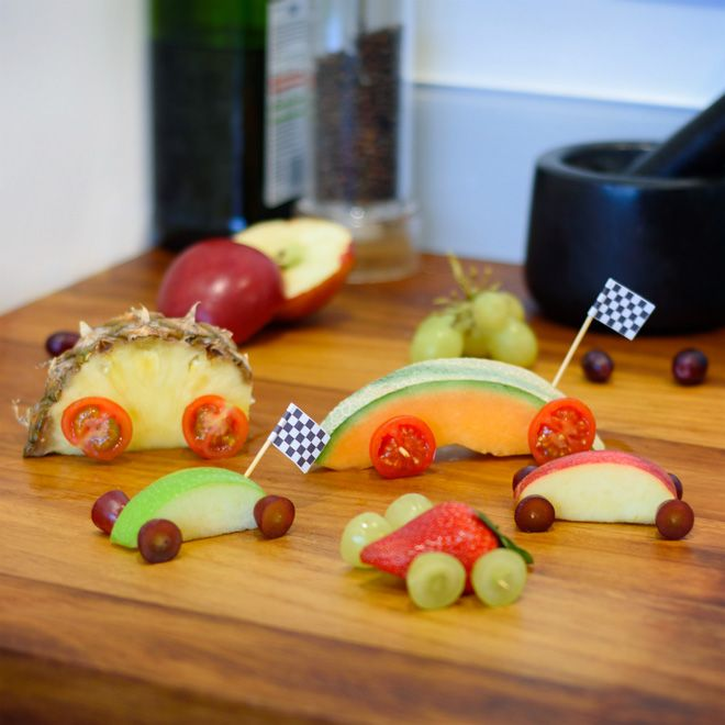 Collations de fruits amusantes en forme de voitures. Temps de préparation 15mins. Ces savoureuses voitures comestibles à base de fruits seront feront rugir de plaisir vos petits convives à l'heure du goûter ou à l'occasion d'une fête d'anniversaire.