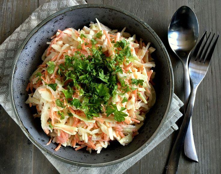 Nem og lækker opskrift på hjemmelavet coleslaw med kål, gulerødder og en let, krydret dressing. Perfekt tilbehør til grillmad, spareribs og pulled pork.