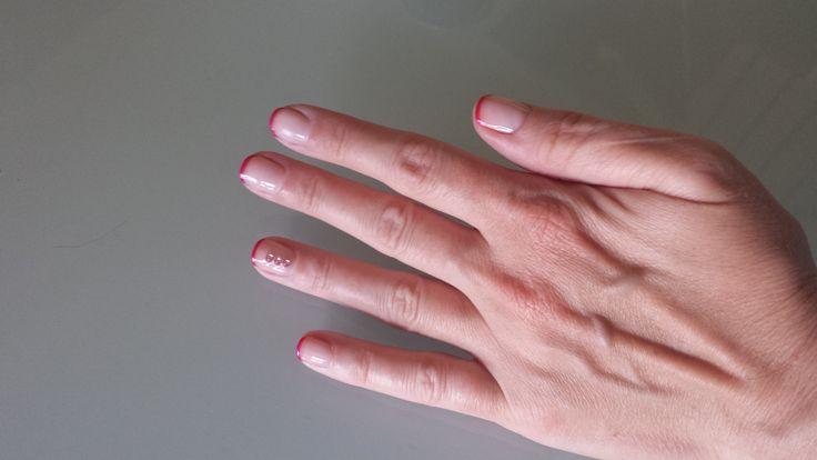 MyNy: french manicure con punte fuxia Tenerife. Accent nail con tre strass rosa pallido