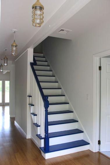 Ambiance bord de mer pour ses escaliers en bois repeints en blanc avec le dessus des marches en bleu océan
