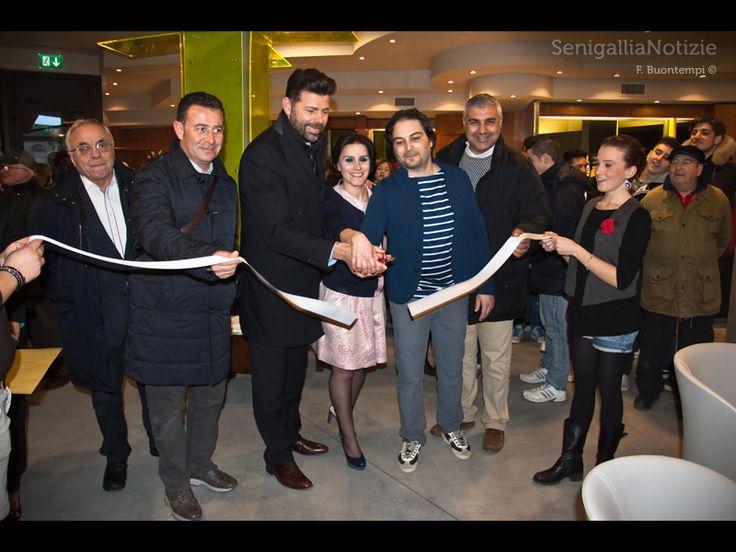 Momento cruciale del Caffe' Italia di Senigallia: taglio del nastro con l'Amministrazione comunale.... (Dal giornale web Senigallianotizie.it ).