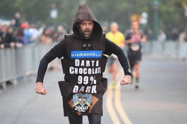 Miecze świetlne, rycerze Jedi, Darth Vader, Sithowie, czyli postacie ze Star Wars po biegowej stronie mocy. Setki fanów Gwiezdnych Wojen spotkały się w Disneylandzie, na półmaratonie Gwiezdnych Wojen. Zobaczcie zdjęcia!