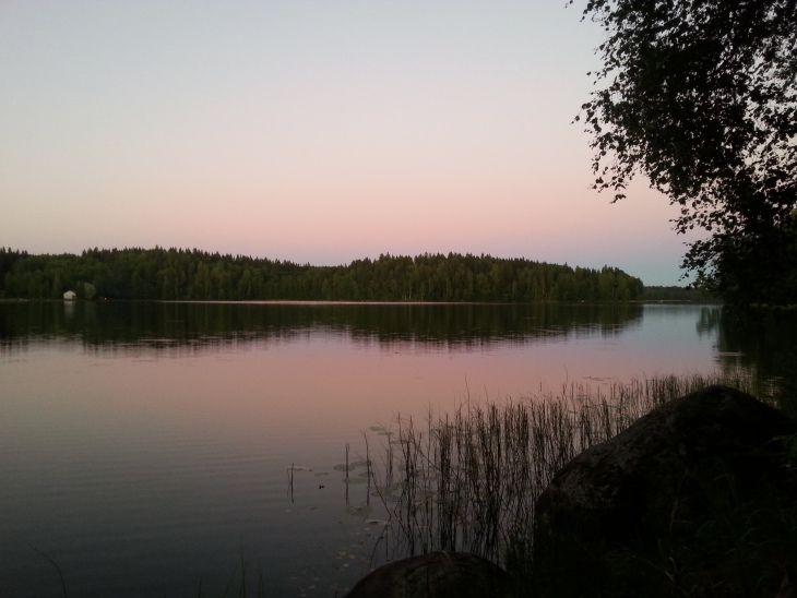Suomalainen järvimaisema illan hämärtyessä.