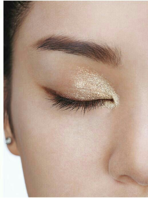 Light gold Shimmer powder.