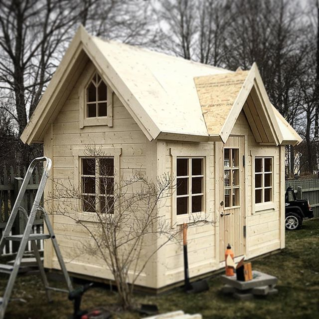 A Dream playhouse. Exclusive, beautiful and elegant playhouses. This model is with special design windows, to match the big family house. En specialdesignad lekstuga efter familjens riktiga hus, fantastiska fönster!