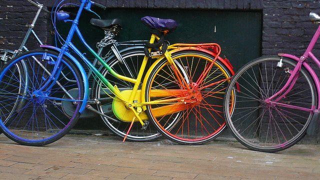 un vélo multicolore, dégradé du bleu au rouge