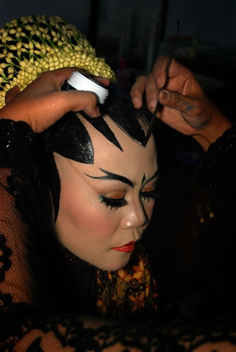✯ Pidih … By Rini Rain ...   Pidih is a black color cream used for forehead in traditional bridal make up ..Solo, Yogyakarta and several other areas in Indonesia..✯