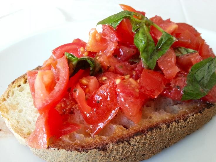 Una bruschetta al pomodoro... che ne dite? Ci sembra l'ora giusta! Do you like #bruschetta? #ischia #brunch