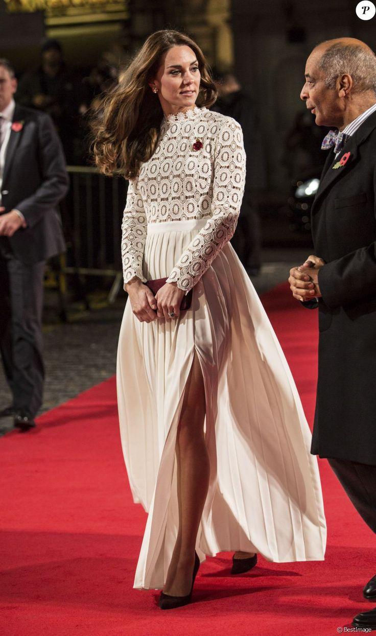 Kate Middleton, duchesse de Cambridge, assistait en sa qualité de marraine de l'association Action on Addiction à l'avant-première du film A Street Cat Named Bob au cinéma Curzon dans Mayfair, à Londres, le 3 novembre 2016. Elle portait une robe en crochet de la marque Self-Portrait.