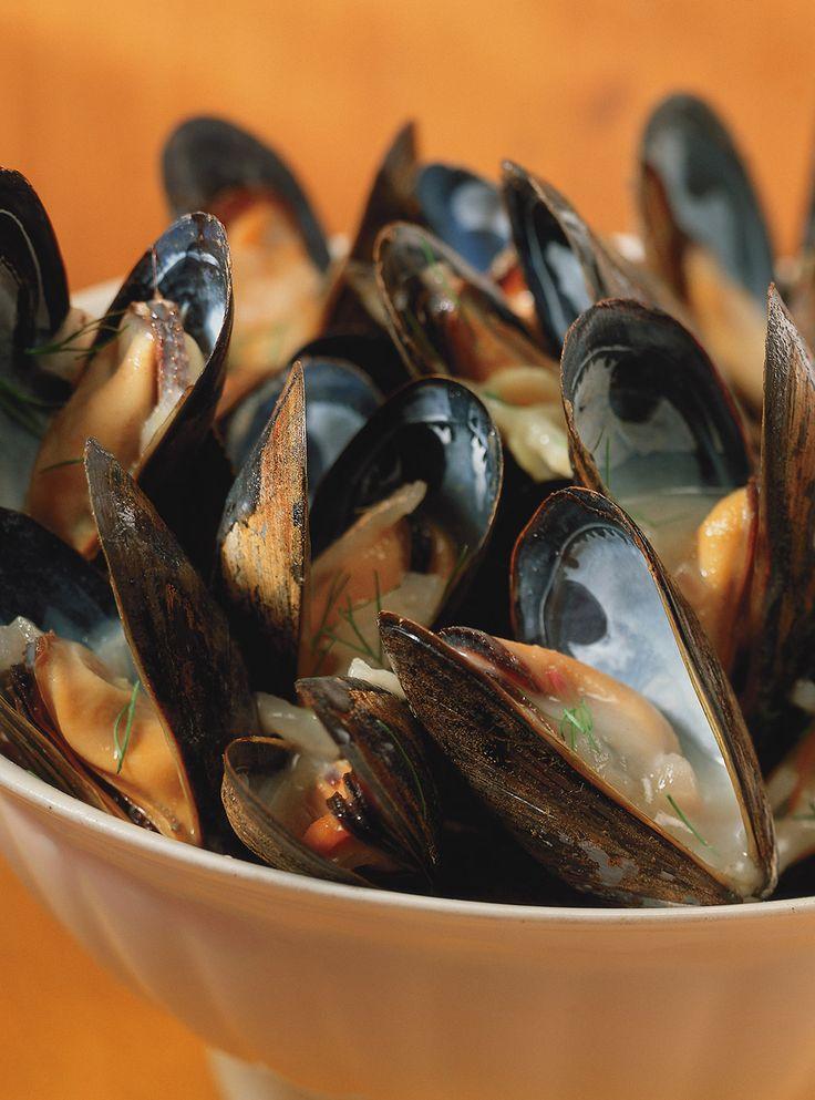 Recette de moules marinières de Ricardo. Recette rapide et délicieuse de fruits de mer. Ingrédients: céleri, échalotes, moules, vin blanc, fenouil...Ajouter peu à peu le beurre manié au bouillon.