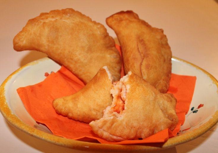 """PANZEROTTI BARESI ripieni di pomodoro e mozzarella è un simbolo della gastronomia di Bari, lo si può mangiare come pasto al volo in rosticceria o pizzeria, oppure in un'occasione di festa. Infatti è tradizione che la sera di capodanno si faccia vigilia consumando panzerotti magari accompagnati da rape stufate. In alternativa si preparano anche con carne tritata o semplicemente con l'aggiunta di un pizzico di ricotta forte """"ashcuande"""" ( in dialetto si chiamano così)."""