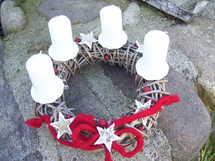 proutěný adventní Proutěný věneček - šedá patina, bílé svíčky, červené přízdoby. Průměr 25 cm.