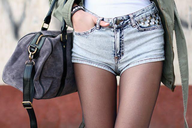 Zielona parka, biały top, czarne rajstopy i jeansowe szorty z ćwiekami   Ari-Maj / Personal blog by Ariadna Majewska #fetishpantyhose #pantyhosefetish #legs #heels #blogger #stiletto #pantyhose #collant #black