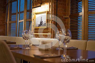 Интерьер ресторана, романтичной атмосферы, тусклого света, стекла светит