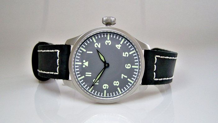 Pilot watch with historical mechanism