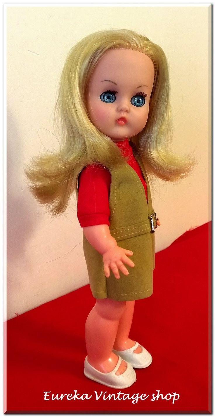 Κούκλα Μπέλλα από την εταιρία ΑΠΕΡΓΗΣ της δεκαετίας 1960's  Είναι σε πάρα πολύ καλή κατάσταση, πολύ όμορφα ντυμένη. Τα σπάνια κιτρινό-ξανθα μαλλιά της είναι λουσμένα και χτενισμένα. Έτοιμη για την συλλογή σας. Ύψος 31εκ