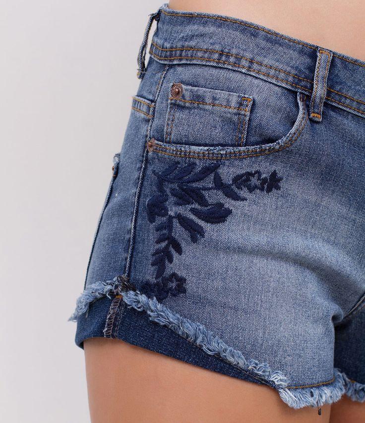 Short feminino  Modelo boyfriend  Barra desfiada  Com bordado  Marca: Blue Steel  Tecido: jeans  Composição: 78% algodão, 20% poliéster e 2% elastano  Modelo veste tamanho: 36     Medidas da modelo:     Altura: 1.72  Busto: 78  Cintura: 59  Quadril: 91  Manequim: 36     COLEÇÃO VERÃO 2017     Veja outras opções de    shorts jeans femininos   .