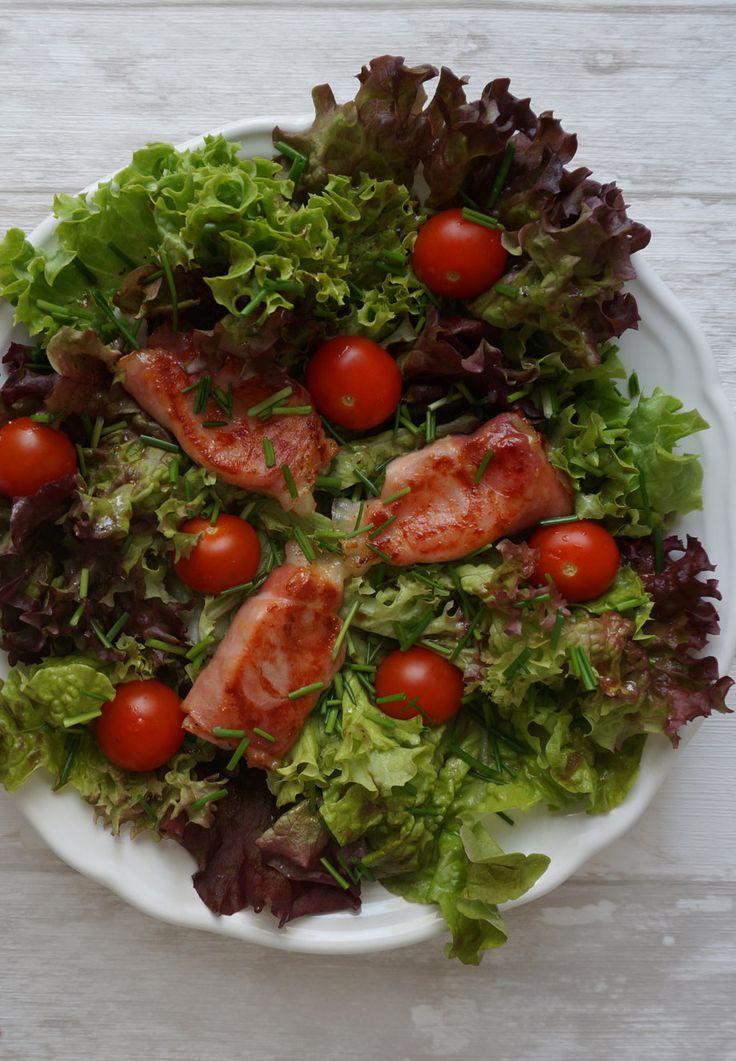 Salat mit Ziegenkäse im Speckamantel und Honig-Dressing