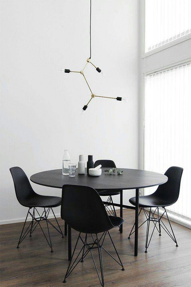 Pyöreä musta ruokapöytä. https://designwash.net blogi