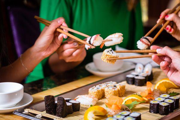 Στο ντοκιμαντέρ «O Jiro ονειρεύεται το sushi» ο διάσημος sushi master Jiro Ono λέει αναφορικά με το καλύτερο σούσι: «Για να το φτιάξεις πρέπει να βρεις τον τρόπο που θα συνδυάσεις σωστά το ψάρι με το ρύζι. Αν αυτά τα δυο δεν βρίσκονται σε πλήρη αρμονία, το sushi δεν θα είναι εύγευστο». Πραγματικά δεν θα μπορούσε κάποιος να είναι πιο ακριβής.