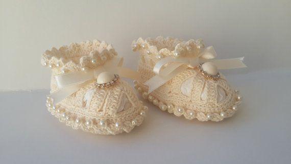 Crochet baby booties Baby booties with pearls  от KnittingAndYarns