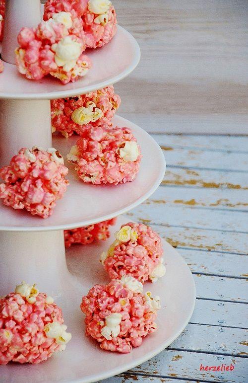 Rosa Marshmallow-Popcorn-Bälle mit Mandelsplittern das Rezept auf herzelieb.blogspot.de