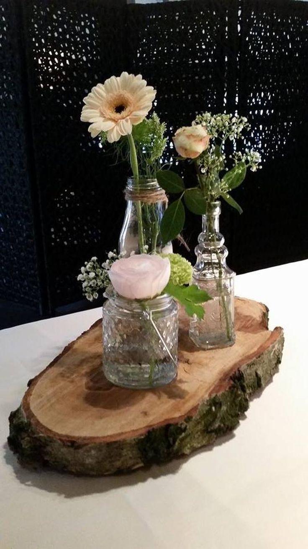 Bekijk de foto van decoratietakken-nl met als titel Boomschijf als decoratie plankje, met daarop kleine flesje met verse bloemen. Boomschijven verkrijgbaar op webshop Decoratietakken en andere inspirerende plaatjes op Welke.nl.