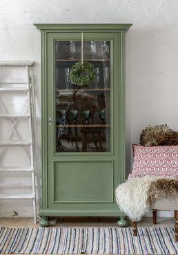 Ljuvligt litet vitrinskåp i grönt SÅLT