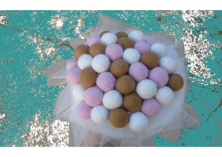 Ramo totalmente hecho a mano con lana para hilar con la paleta de colores elegida por los novios.